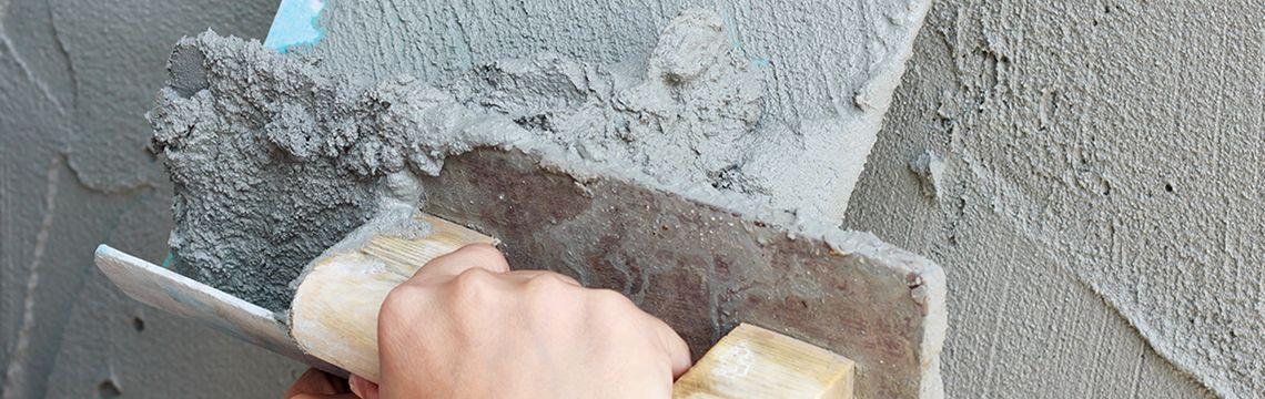 Gijze muur wordt gestuced